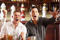 Болельщики в спорт баре