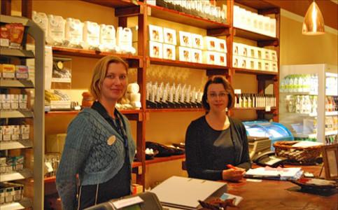 Персонал в продуктовом магазине