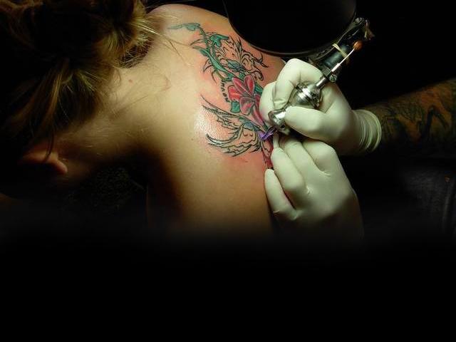 Нанесение татуировки