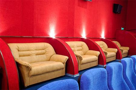 Кинотеатр с кожаными диванами