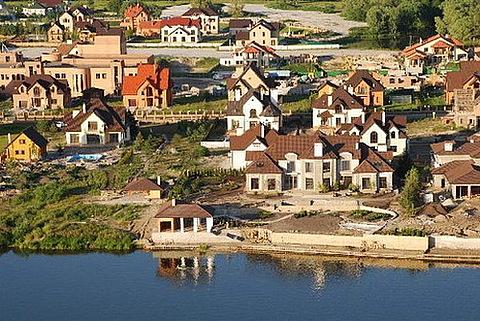 Коттеджный поселок на берегу озера