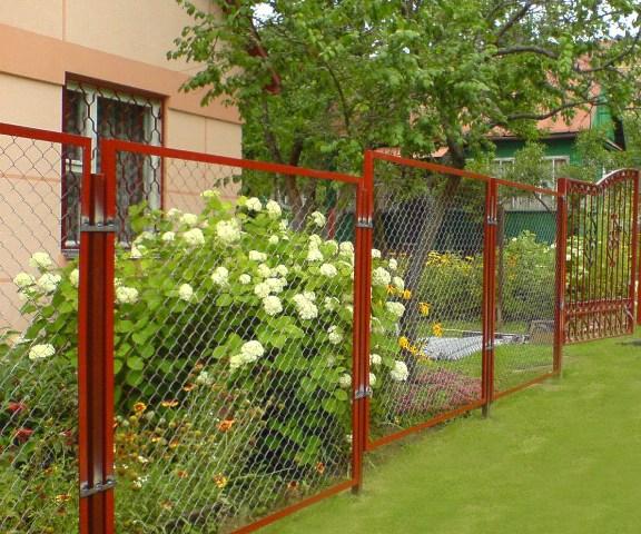 Забор из сетки-рабицы на садовом участке