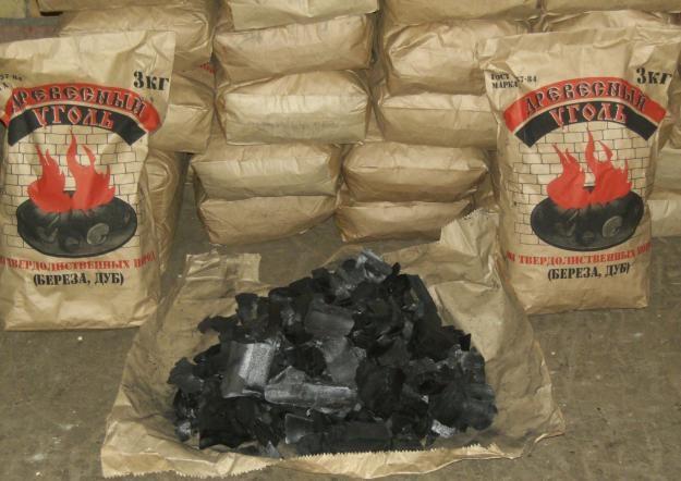 Древесный уголь в бумажных пакетах