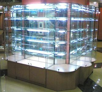 Стеклянная витрина с подсветкой для демонстрации косметики