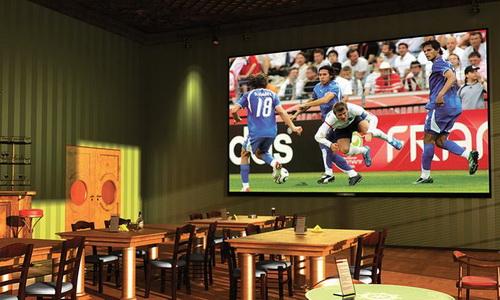 Спорт бар с одним большим экраном
