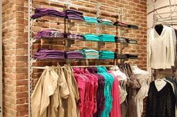 Стеллажи для магазина одежды