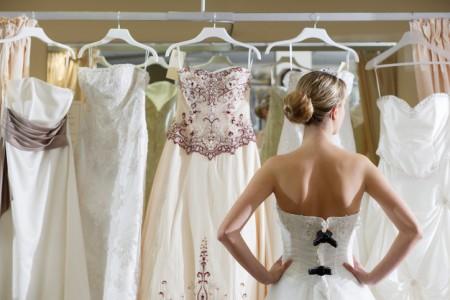 Свадебное агентство помогает с платьем