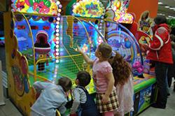 Дети в развлекательном центре