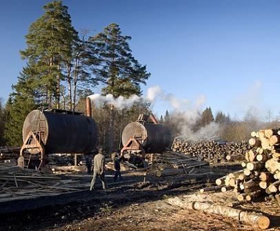 Обслуживающий персонал производства древесного угля из двух человек