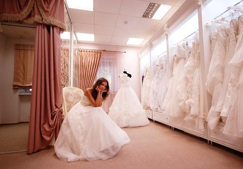 Выбор платья в салоне