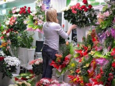 Флорист в цветочном салоне